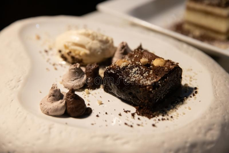 Brownie escura com gelado da musse e da baunilha foto de stock