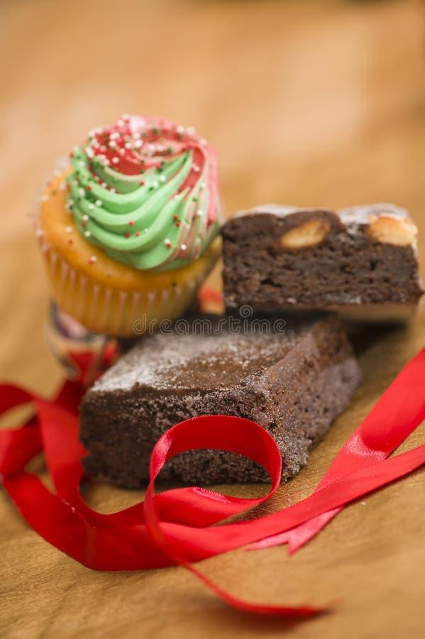 'brownie' et petit gâteau à Noël images libres de droits