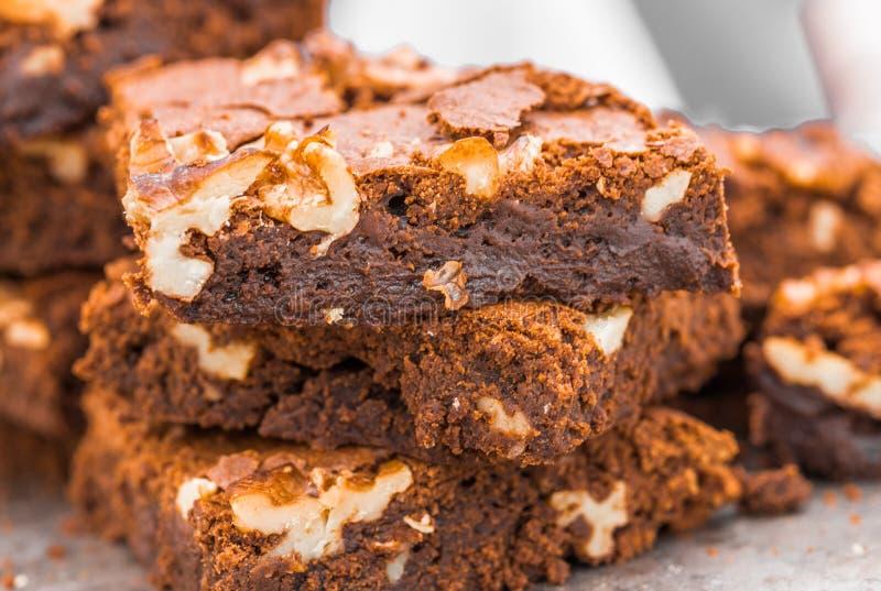 Brownie fudge maakt dessertje met walnoten op een beurs voor de markt van voedingsmiddelen op straat stock foto's