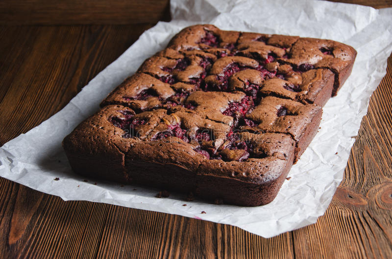 Brownie met framboos royalty-vrije stock afbeelding