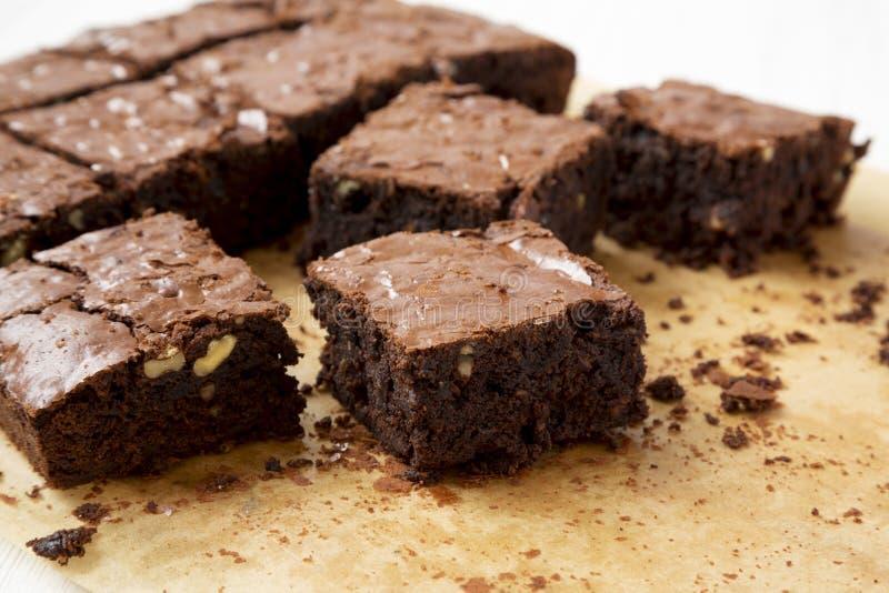 Brownie recientemente cocidos del chocolate en un molde para el horno, vista lateral Primer fotos de archivo libres de regalías