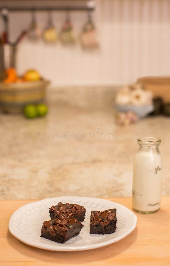Brownies σε ένα πιάτο με το γάλα στοκ φωτογραφίες με δικαίωμα ελεύθερης χρήσης