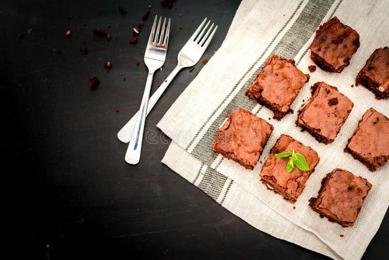 Brownies caseiros do chocolate em um close-up de madeira da placa, vista superior foto de stock