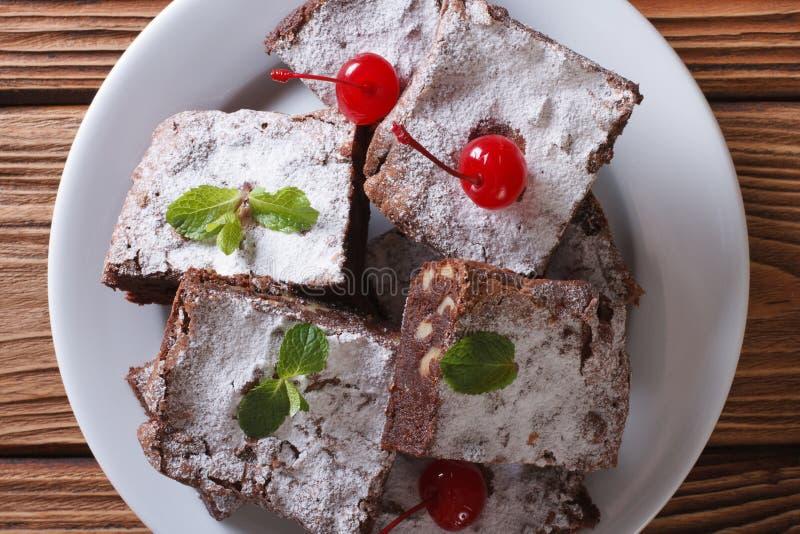 Brownies com as cerejas na placa Close up horizontal da vista superior fotos de stock