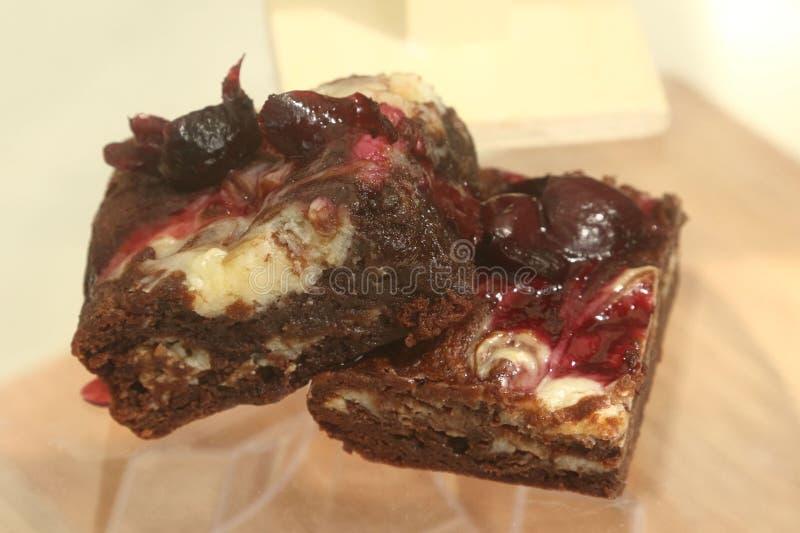 Brownies com chocolate, bolo de queijo e cerejas imagem de stock royalty free