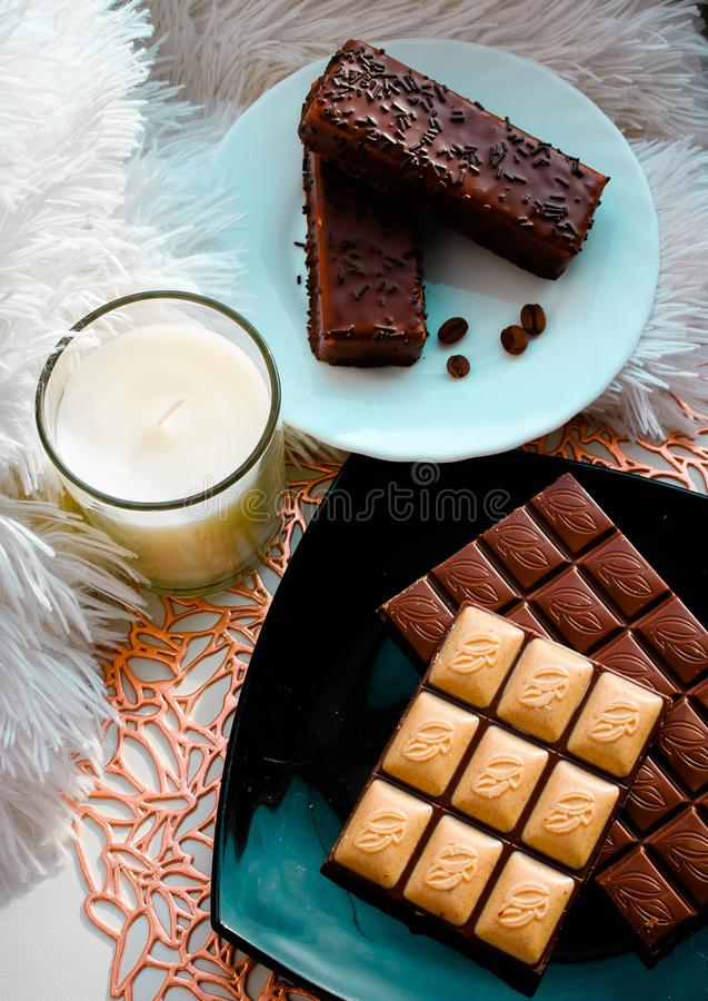 Brownies deliciosas do chocolate na placa branca Composi??o com vela imagens de stock
