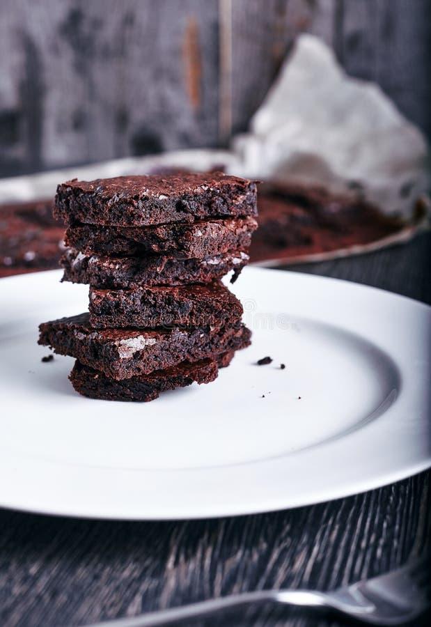 Brownies do chocolate do bolo na placa branca imagem de stock