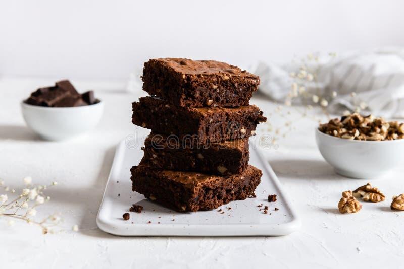 Brownies escuras caseiros do chocolate na tabela branca Doce amargo delicioso e caramelo Bolo de chocolate imagens de stock