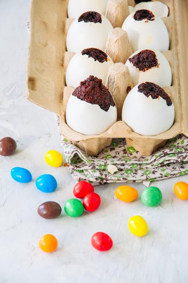 Brownies escuras do chocolate em shell de ovo Páscoa ou peça engraçada das crianças fotos de stock royalty free