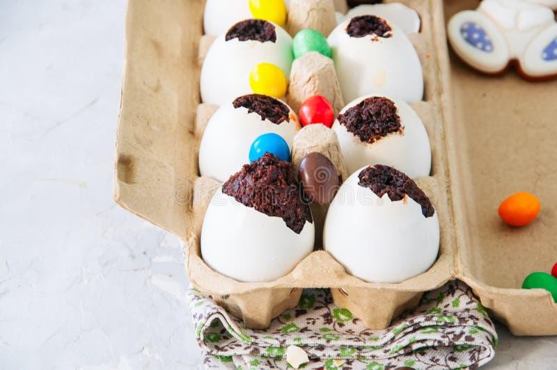 Brownies escuras do chocolate em shell de ovo Páscoa ou peça engraçada das crianças fotos de stock
