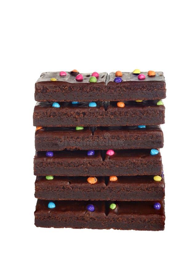 Brownies isoladas do caramelo de chocolate da pilha com partes dos doces imagens de stock royalty free