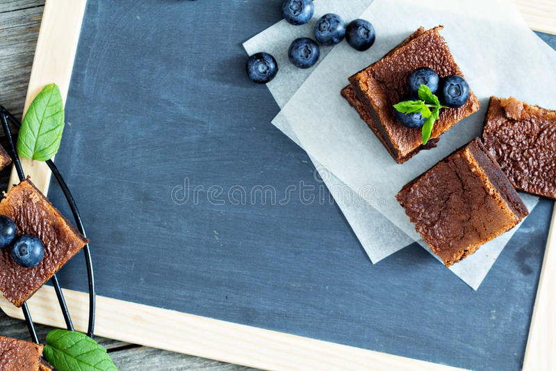 Brownies met bosbessen op een bord stock fotografie