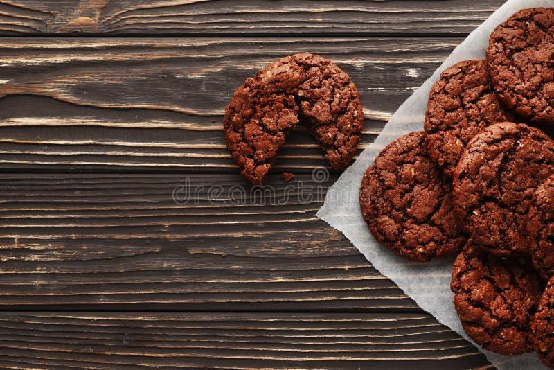 Brownies no fundo de madeira foto de stock royalty free