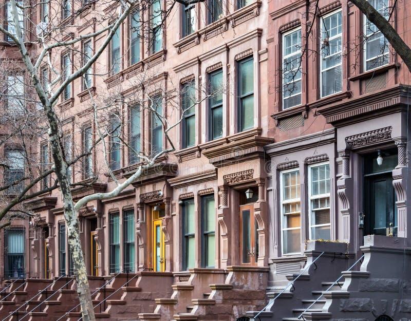 Brownstone gebouwen in de Hogere Stad West- Zij van New York stock fotografie
