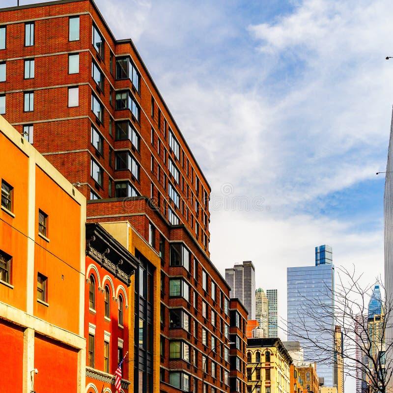 Brownstone kąta budynek mieszkaniowy w Manhattan, Miasto Nowy Jork obraz stock