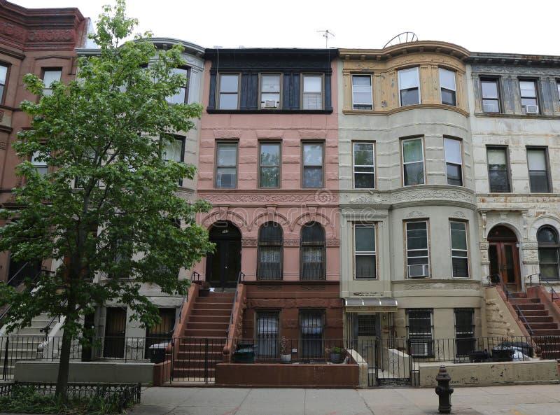 Brownstones de New York City na vizinhança histórica das alturas da perspectiva fotografia de stock royalty free