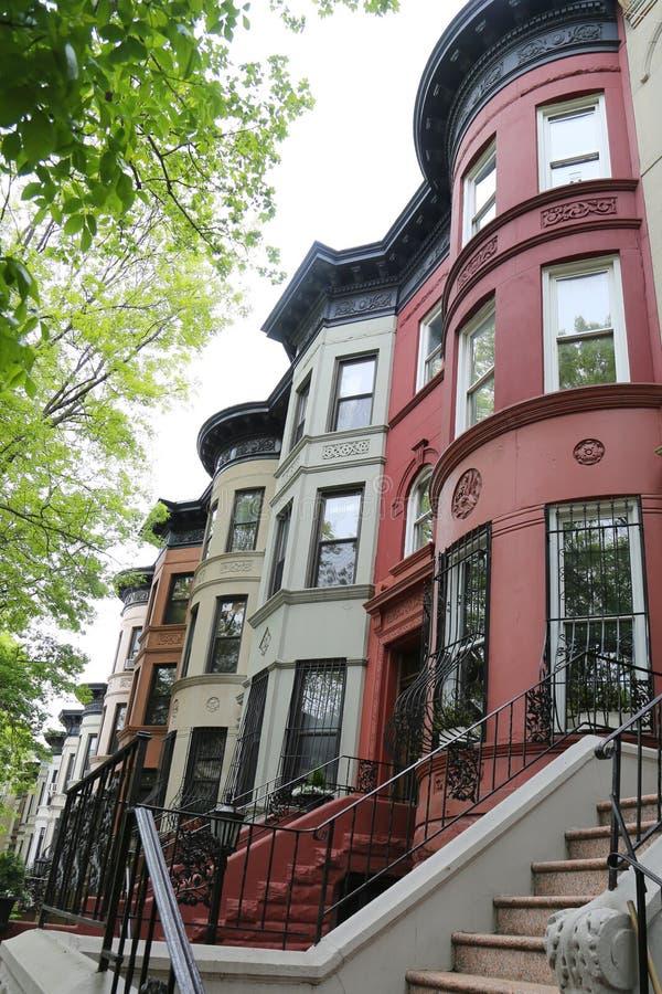 Brownstones de New York City na vizinhança histórica das alturas da perspectiva fotos de stock royalty free