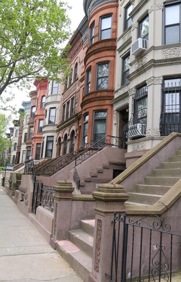 Brownstones di New York alla vicinanza storica di altezze di prospettiva fotografia stock libera da diritti