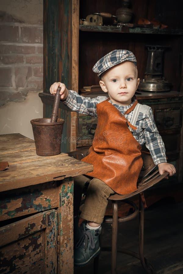 Broyage de petit garçon quelque chose dans le réservoir photo stock