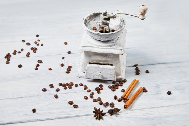 Broyeur de café avec des grains de café et des bâtons d'épices et de cannelle d'épices, anis d'étoile images stock