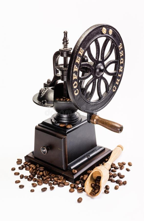 Broyeur de café classique avec des grains de café images stock