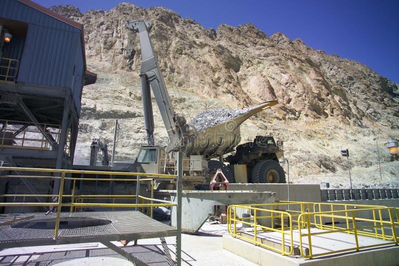 Broyeur et camion minéraux de cuivre images libres de droits