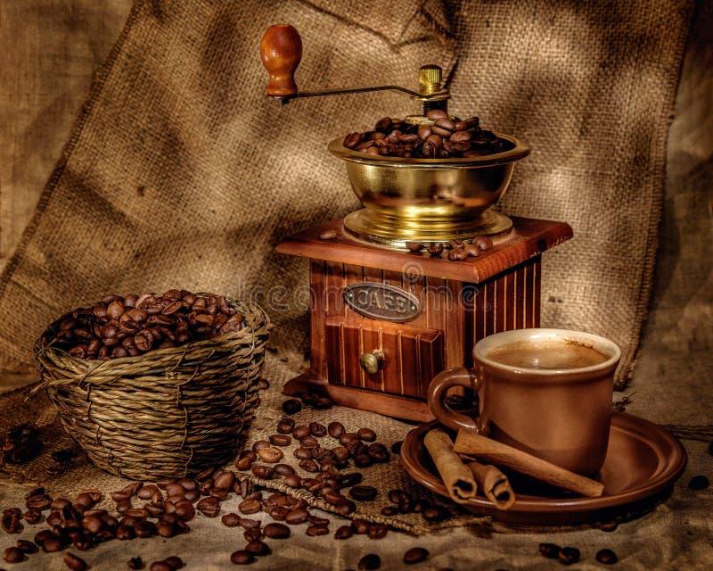 Broyeur et d'autres accessoires pour le café dans un à l'ancienne - image photographie stock libre de droits