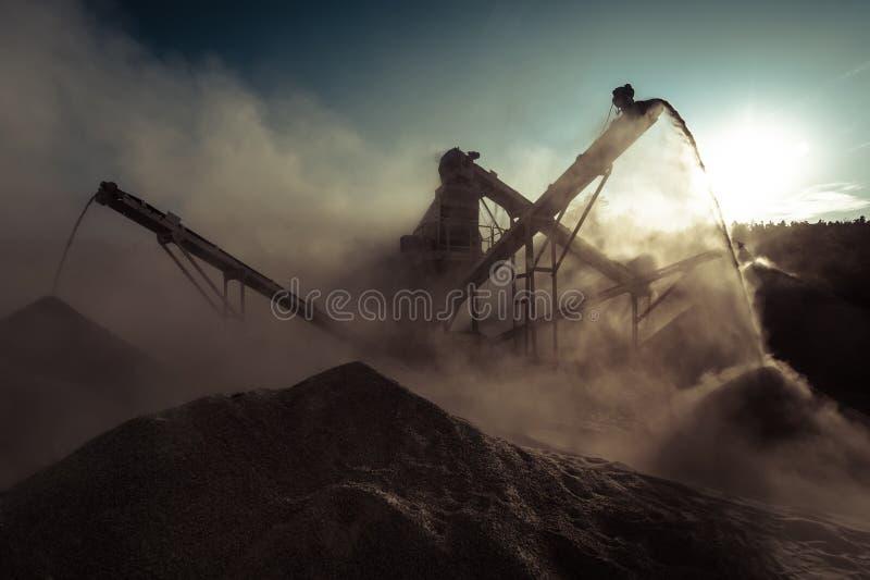 Broyeur fonctionnant de gravier Fond industriel photographie stock