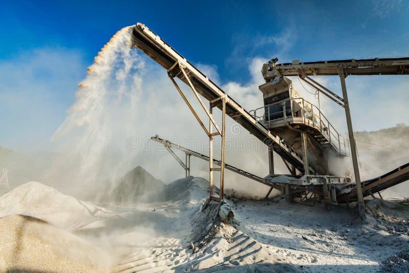 Broyeur industriel - machine concasseuse en pierre de roche image stock