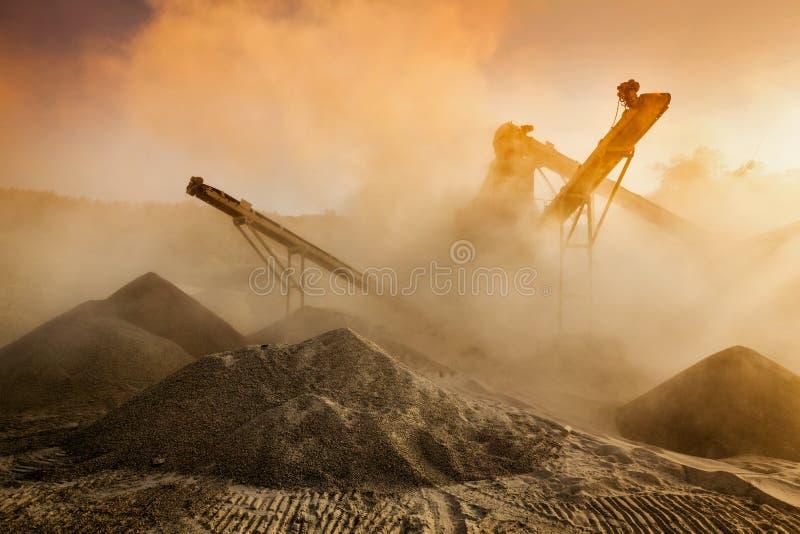 Broyeur industriel - machine concasseuse en pierre de roche photos stock
