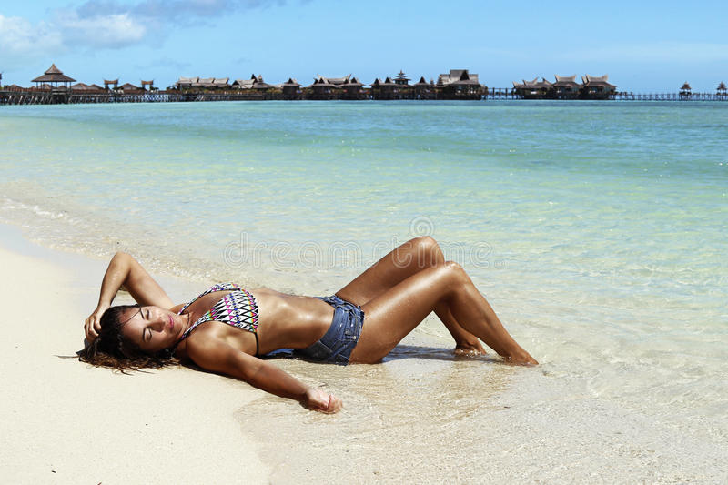 Brozed-Frauen im Paradiesstrand stockfotos