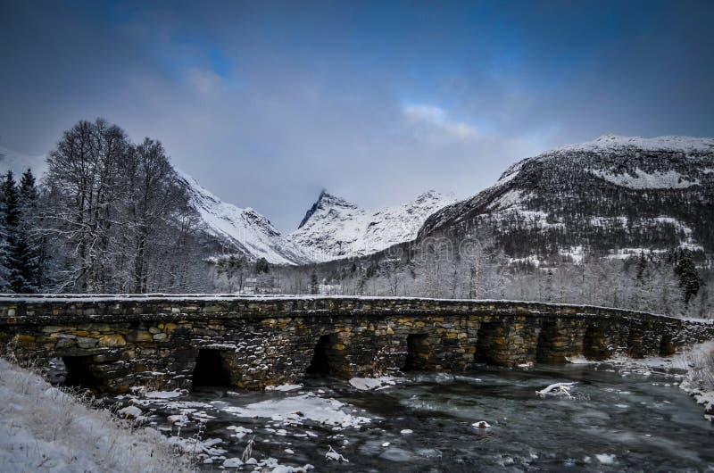 Bru de Honndalsrokken et de Horndøla photo stock