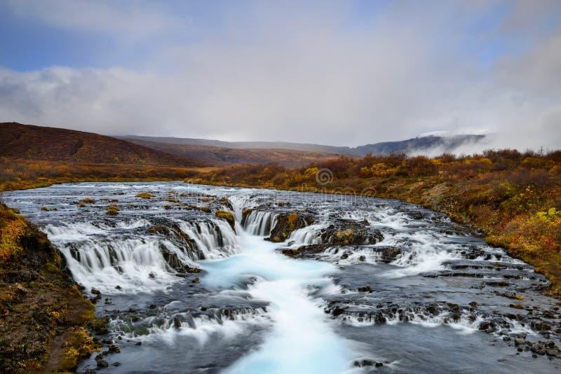 Bruarfoss in Island, das Geheimnis des blauen Wasserfalls lizenzfreie stockfotos