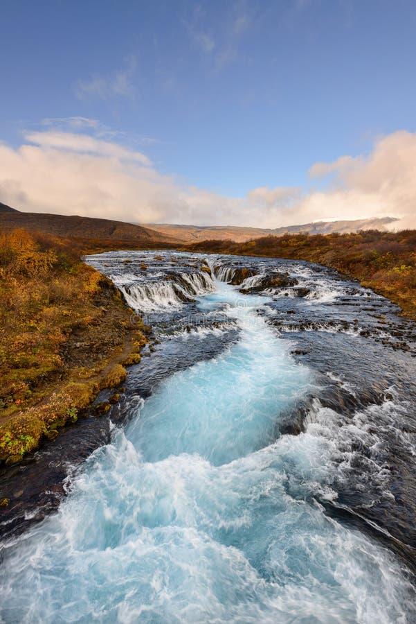Bruarfoss in Island, das Geheimnis des blauen Wasserfalls stockbilder