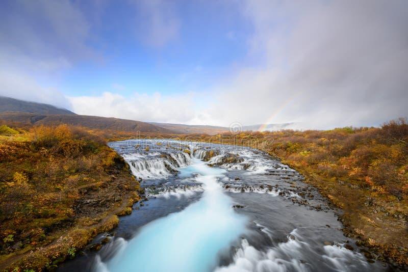 Bruarfoss in Island, das Geheimnis des blauen Wasserfalls lizenzfreie stockbilder