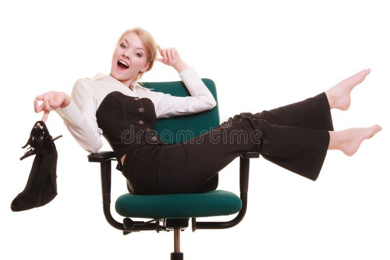 Bruch von der Arbeit Geschäftsfrau, die auf Stuhl sich entspannt stockfoto