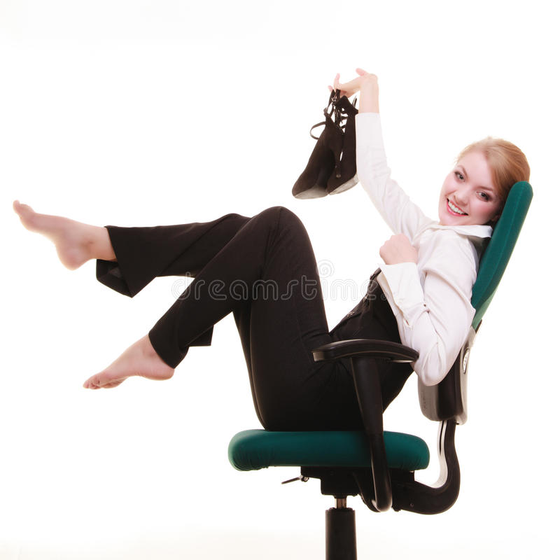 Bruch von der Arbeit Geschäftsfrau, die auf Stuhl sich entspannt stockbilder
