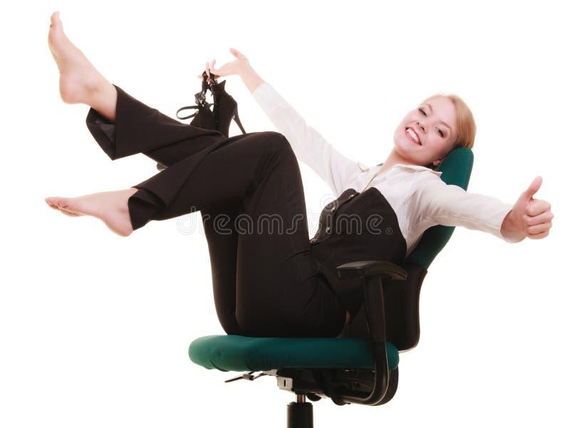 Bruch von der Arbeit Geschäftsfrau, die auf Stuhl sich entspannt lizenzfreie stockbilder