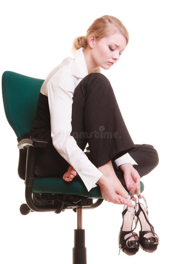 Bruch von der Arbeit Müde Geschäftsfrau mit den Beinschmerz lizenzfreie stockfotografie