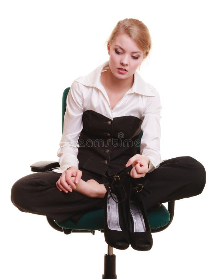Bruch von der Arbeit Müde Geschäftsfrau mit den Beinschmerz stockbild