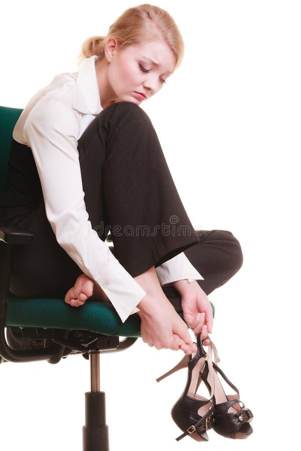 Bruch von der Arbeit Müde Geschäftsfrau mit den Beinschmerz lizenzfreies stockfoto