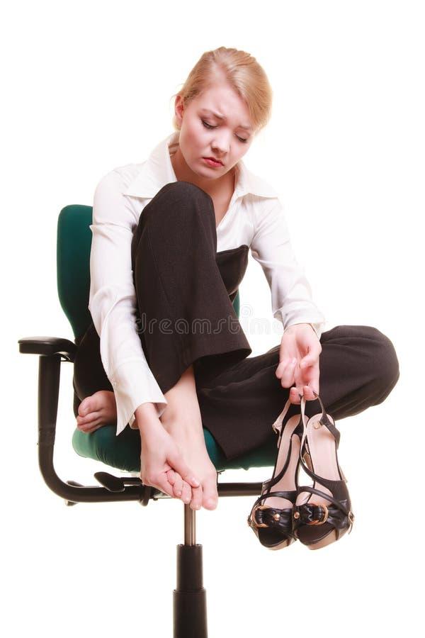 Bruch von der Arbeit Müde Geschäftsfrau mit den Beinschmerz lizenzfreie stockbilder