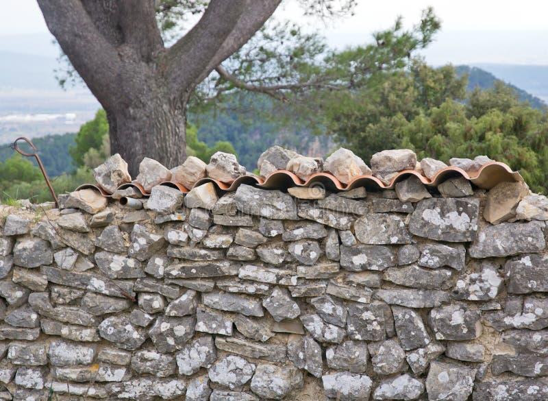 Bruchsteinmauer und Dachplatten lizenzfreies stockbild