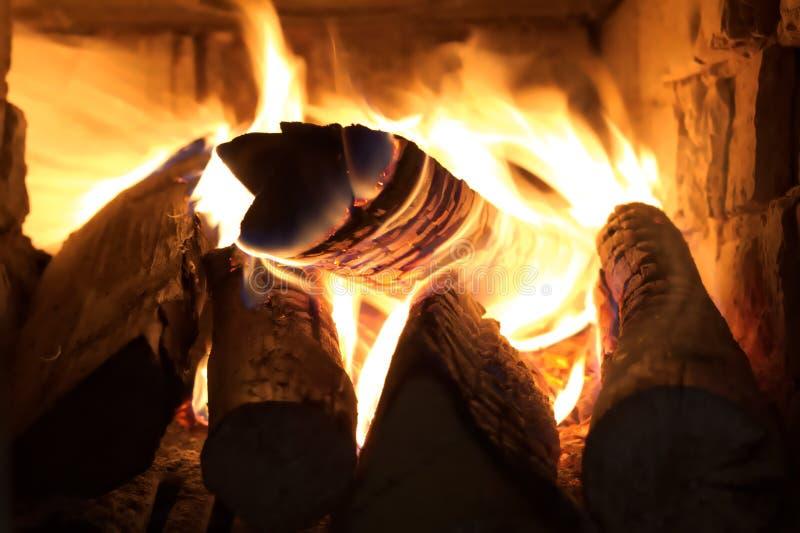 Bruciando collega il vecchio camino, fiamme si chiudono su, interno di vista del camino fotografie stock