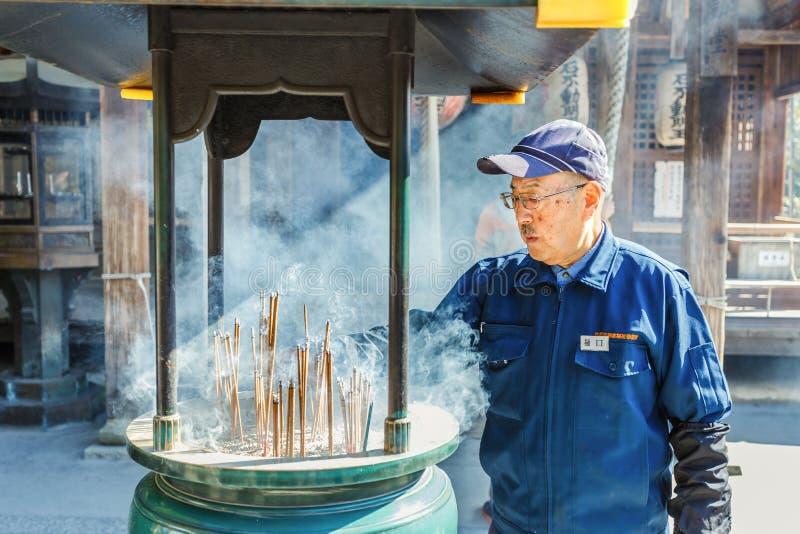 Bruciaprofumi davanti a Fudo Corridoio al complesso di Kinkaku-ji immagine stock