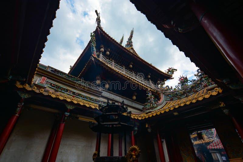 Bruciaprofumi e cortile al tempio di Beigang Chaotian, uno del ` s di Taiwan la maggior parte del te importante di Mazu immagini stock