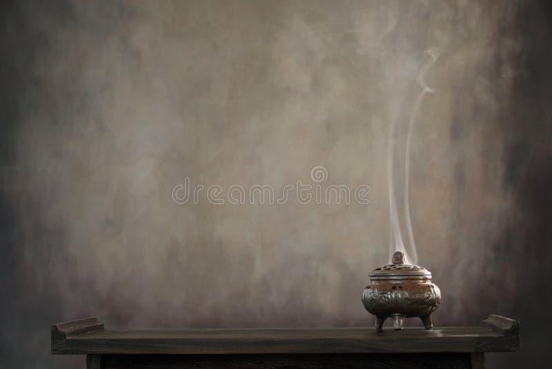 Bruciatore di incenso sulla tabella immagine stock