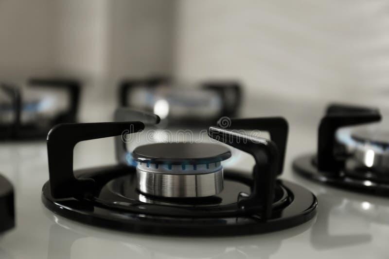 Bruciatori a gas con la fiamma blu sulla stufa moderna immagine stock libera da diritti