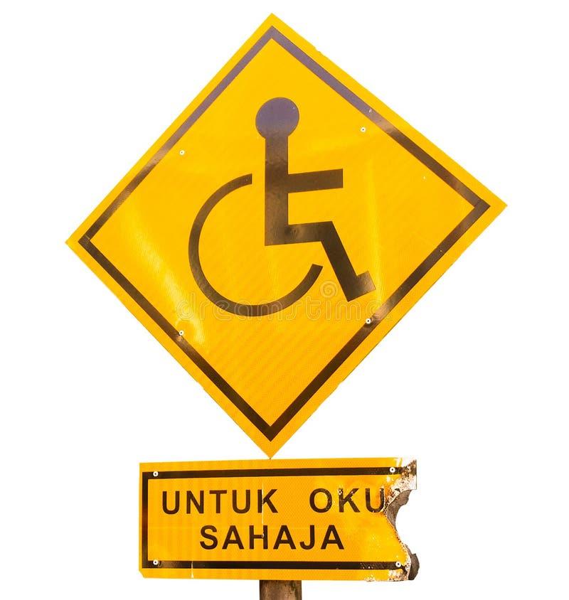 Bruciatura del parcheggio riservato per il segno Handicapped soltanto con parcheggio malese del ` di lingua per soltanto il ` han fotografia stock libera da diritti