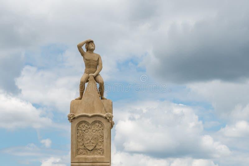 Bruckmandl-Statue auf der Steinbrücke in Regensburg, Deutschland lizenzfreies stockfoto